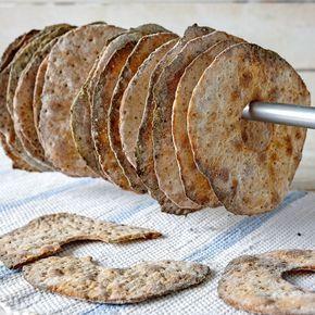 Fänkålsfrön och kummin sätter smak på knäcket med grahamsmjöl.