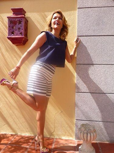 Ontem foi dia de irmos, eu a Sury, ao programa Agora Nós da RTP. Para sermos recebidas pela querida Tania Ribas de Oliveira e pelo divertido José Pedro Vasconcelos, caprichámos na toilette. A Sury levou os seus brilhantes todos e eu optei por um conjunto inspirado no estilo marinheiro da SuiteBlanco. Os calções de riscas 29.99€, o top croc 19.99€ e as sandálias de há duas colecções atrás de Saint Laurent.