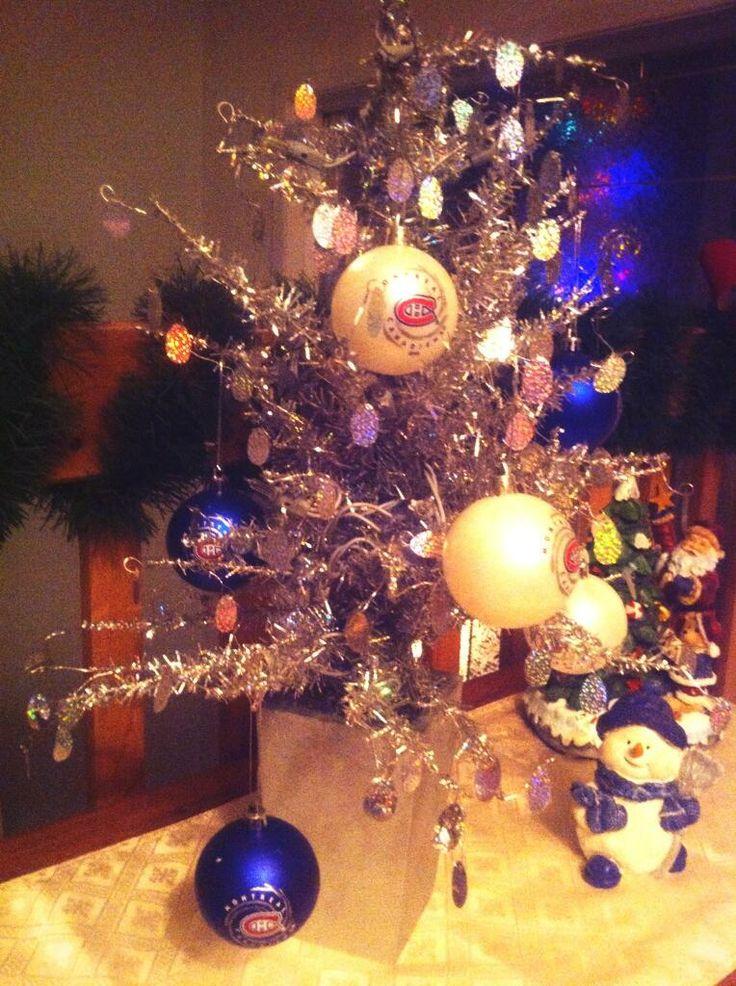Cet arbre de Noël est peut-être petit, mais les décorations font tout son charme! #NoelCH / This Christmas tree may be small, but the #Habs decorations make up for it! #HabsHolidays - Soumis par / Submitted by @Misscarolbb (Twitter)