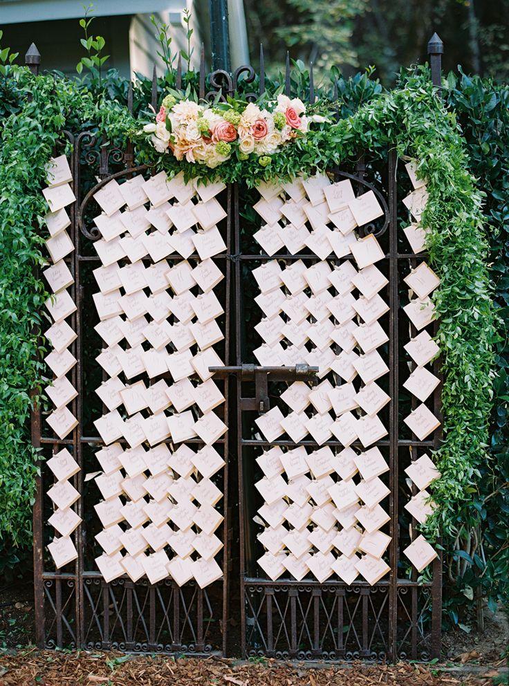 門を利用して。 センスがいい白のエスコートカードまとめ。結婚式で使うエスコートカード・席札一覧。