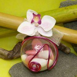 Boule Dragées exotique et fleurs d'orchidées montage avec un fil alu...Beaucoup copier depuis quelques années - un très jolie modèle que nous proposons depuis 2007 http://www.dragees-massardier.fr/dragees-mariage,fr,2,11.cfm