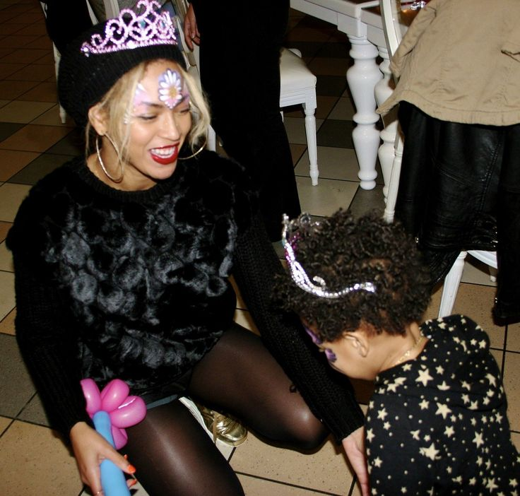 Blue Ivy played with balloon animals at her zoo-themed birthday party.