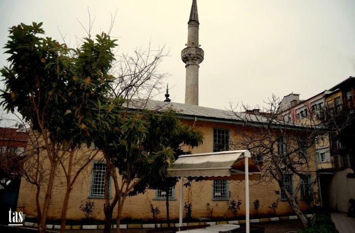 Besiktas Abbas Ağa Camii; İstanbul Boğazı'nın Rumeli yakası Beşiktaş Sinanpaşa Mahallesinde, Selamlık Caddesi ile Abbasağa Camii Sokağı kavşağında bulunmaktadır. Banisi, Sultan IV.Mehmet dönemi Osmanlı Sarayı'nın ünlü Darüssaade ağalarından, Abbas Ağa adı ile şöhret bulmuş, Abbas bin Abdürrezzak'tır. Abbas Ağa Camii 1666'da Abbas Ağa'nın Darüssaade Ağalığından önce yapılmıştır. Mimarı bilinmemektedir. Abbasağa 16 Temmuz 1672'de Darüssaade Ağalığından azledilerek Mısır'a sürgün edildi ve…