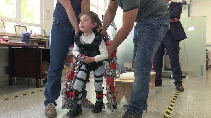Lee Exoesqueleto para que los pequeños con atrofia muscular espinal puedan andar