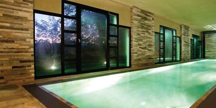 Inomhus pool med Skiffer
