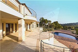 Chalet in Palma de Mallorca overlooking the Gulf with terraces, garden, porch, pool, gym, sauna inside. Nice..