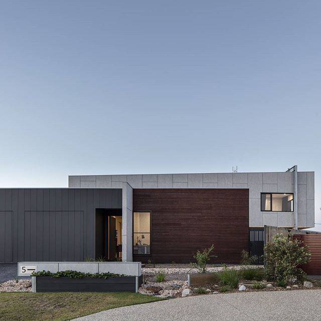 ZINNIA II  Timber / Steel / Cement  Some of our favourite materials and we love the way they have come together on a recently completed project.   #DLC #design #build #construction #architecture #home #house #archdaily #timber @lucasmurophotographer