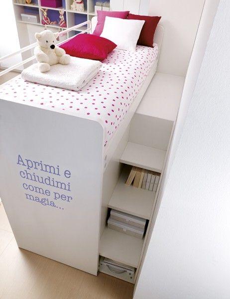Cama elevada en cuarto de niña.