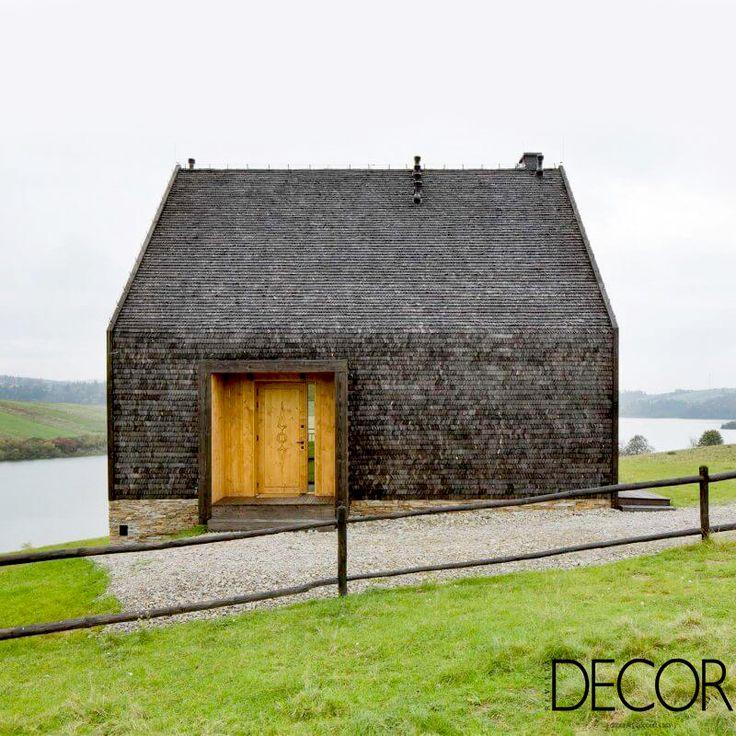 Assinada pelo estúdio Hola Design, residência em tons escuros e materiais robustos remete às tradicionais casas de campo da região de Czorsztyn, sul da Polônia.