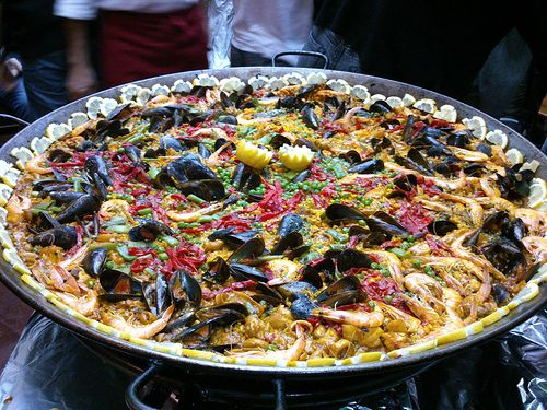 Cursos de paella   grupos para Comer en Córdoba a estudiantes Franceses, elaborada por Manuel Bordallo Romero en Restaurante Taberna Sociedad Plateros de Maria Auxiliadora y comer en patio típico