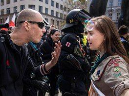 Snímek mladé skautky diskutující s rozčileným pravicovým extremistou při...