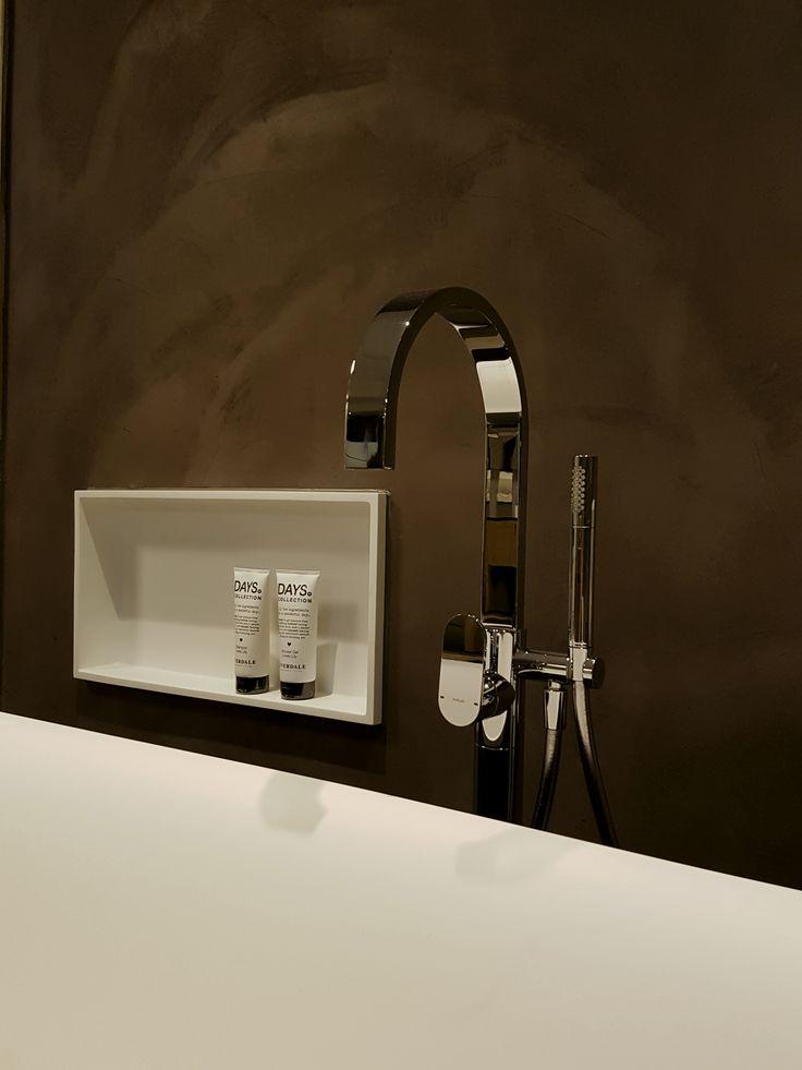 Vrijstaande bad mengkraan van Hotbath in combinatie met de Solid Surface nisjes van Luca Santair komen mooi overeen met het Solid Surface bad van Sealskin!