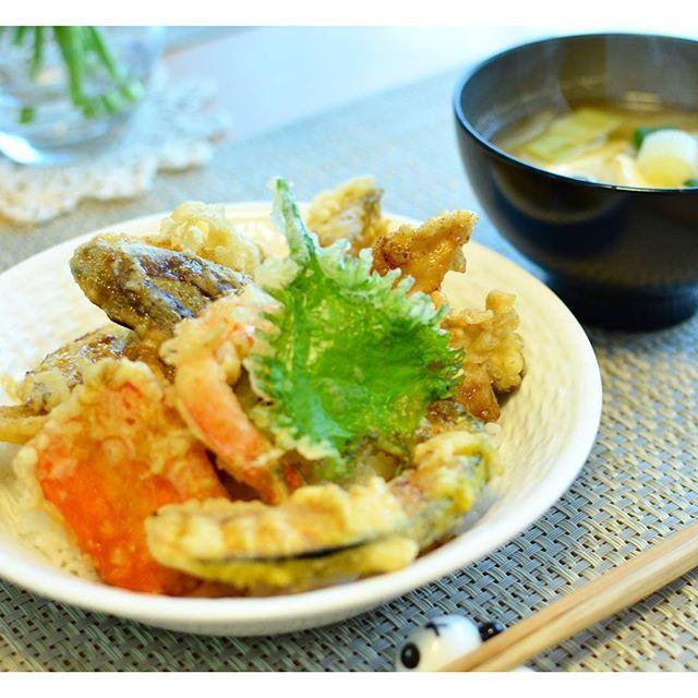 hagipiyo今日の朝ごはんは、昨晩揚げた天ぷらで天丼。  天ぷらは、#海老、#きす、#鶏天、#かぼちゃ、#にんじん、#うど、#タラの芽 #ふきのとう、#なす、#しいたけ、#さつまいも、#大葉 と、盛りだくさん。 天ぷらやさんでこれだけ食べると結構な金額になっちゃいますが、おうちだとたっぷり食べられるのが嬉しい♪ ふきのとうやウド、タラの芽など、一足先に春を感じる食材を満喫。 ボリュームたっぷりの、夫も大満足な朝ごはんになりました。  ちなみに、天丼用のタレは、濃縮めんつゆに砂糖、しょうゆ、みりん、酒を足して、とろりとするまで煮詰めただけ。簡単にあの、甘い天丼のタレが完成です。  #朝食の献立  #天丼 #お味噌汁  #朝ごはん#朝食#breakfastfoods#テンプラ #tenpura #tendon #春野菜#山菜#和食#washoku#Japanesefoods#ナンタケット #天丼のたれ #おうちごはん #homemade