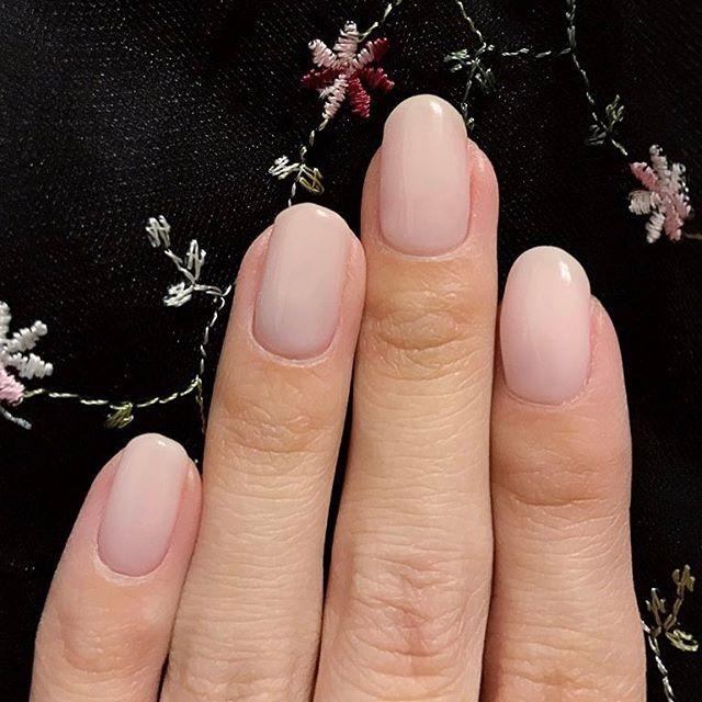 結婚式に参加させていただく 機会が増えるので…❤ . 今回はシンプルに ショートの乳白色ネイルにしました。 珍しくストーン類やラメはナシ。 . 人工的な爪みたいな 見た目にしたかったから (伝わるかな…?) すごくお気に入り . #nail#nails#nailart#jelnail#instanail#ネイル#ジェルネイル#セルフネイル#セルフジェル#単色ネイル#ミルキー#乳白色ネイル#白#シンプルネイル