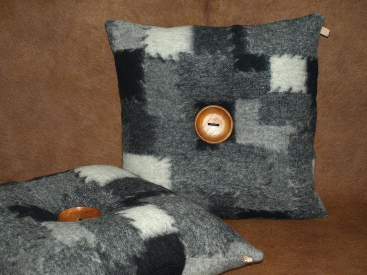 Zwart/wit/grijs kussen, verfraaid met grote houten knoop met zwart lint  bevestigd.    Met polyether binnen-kussen.    Elk product in mijn winkel i...