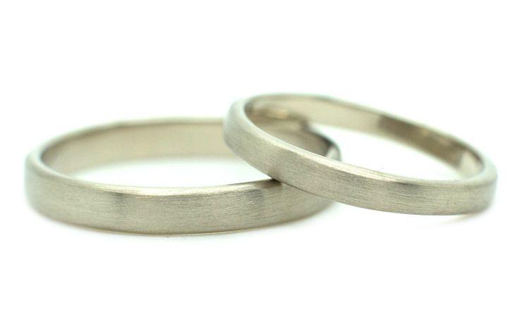 Handgemaakte en fairtrade eenvoudige witgouden trouwringen