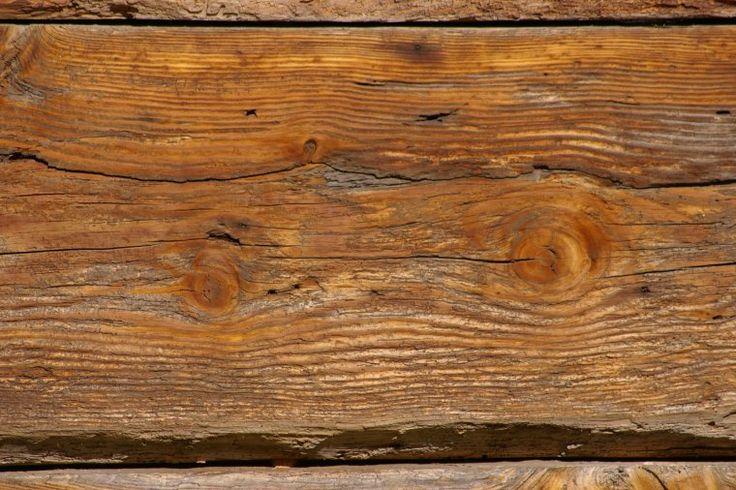 Wraz z upływem czasu drewno ulega starzeniu. Szybkość, z jaką ten proces zachodzi zależy od gatunku drzewa, z którego pochodzi drewno oraz od