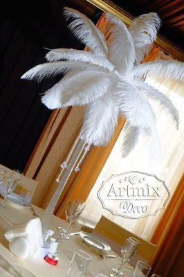 На столах возвышаются композиции из страусиных перьев, высокие вазы декорированы сверкающими стразами