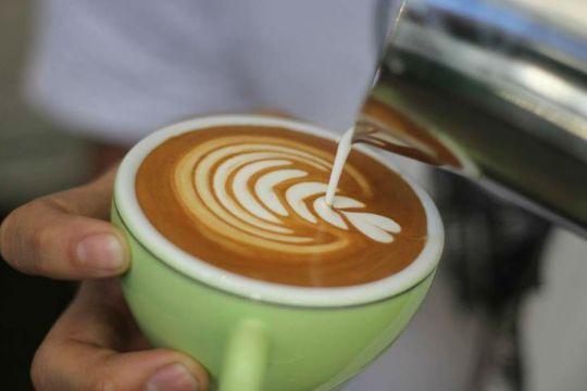 """""""Latte sanatçısı"""" Bo'nun yaptığı kahve çizimlerinin benzerini yapmak isteyenler için iki tüyo: Isıttığınız süt ne çok köpüklü ne de çok sıcak olmalı ve..."""
