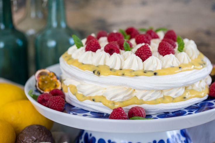 Här är ett riktigt enkelt och fantastiskt gott recept på tårta med passionsfrukt! Här kan du välja lite hur enkel den ska vara, antingen bakar du egna marängbottnar, eller så köper du...