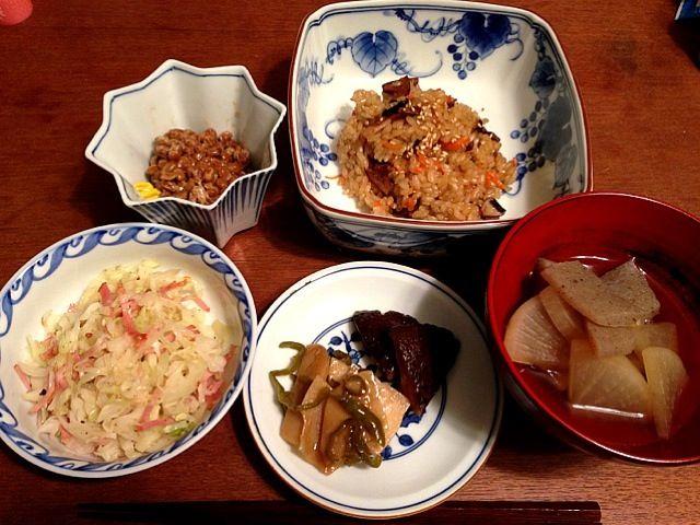 おこわは浸水0分wどうにかなった。椎茸の戻し汁を使って大根蒟蒻煮。シンプルだけど旨い。肉はベーコンのみかな。レシピに我が家直伝じゃがピー炒め書きました! - 11件のもぐもぐ - 中華風おこわ、キャベツ炒め、椎茸の旨煮、大根と蒟蒻煮、じゃがピー炒め by emuii