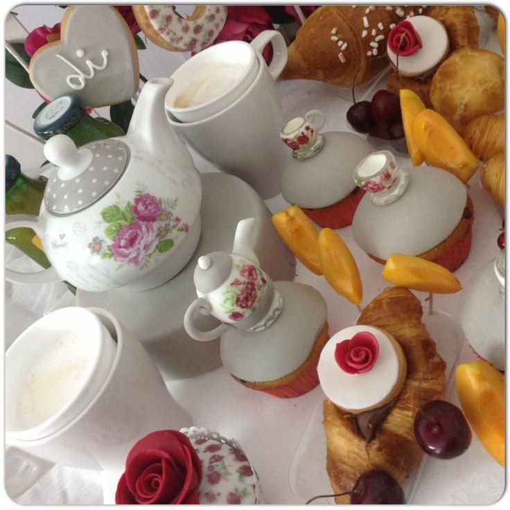 Stamattina CoLaZioNiamo in un  Roseto! #breakfast#ShabbyBreakfast roses#TeaParty#rose#teapot#cupcakes#ShabbyChic#flowerbed#RosesGarden#flowers#cornetto#Sfogliatella#donuts#muffin#apricot#Cherries##roses#gardenParty#themedbreakfast#breakfastTable#breakfastDesign#sessaspecialcakes#sessapasticceria#shabbyChicParty#croissants#donuts#muffin#SessaartigianiDelGusto