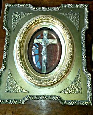 Beautifull late 19th Century framed crucifix in ornate gilt frame!
