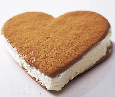 Ett lättlagat och roligt recept på pepparkaksglass som påminner om glassen Sandwich. Du gör den av vaniljglass och pepparkakor. Tjusigt att servera som efterrätt på kalas!