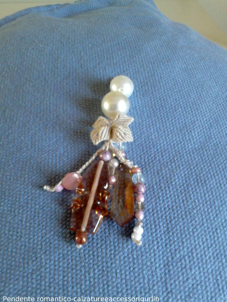 Pendente Romantico realizzato a macramè, perle e swarowsky rosa.