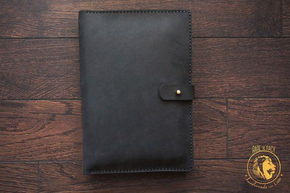 • À propos de : C'est un artisanat cool cuir iPad Mini cas. Cet étui a un design très cool et chic.  • Сapacity : Cet étui contient pochette pour iPad mini, poche pour téléphone portable et une poche pour stylo/crayon. Il a aussi les cartes de crédit GR 3 poches et poche pour les ordinateurs portables.  • Fiabilité L'étui fermé par un bouton. Fait de cuir naturel de qualité supérieure et cousus à la main.   • Les couleurs Vous pouvez choisir cet article en 5 couleurs : -bleu foncé -noir…