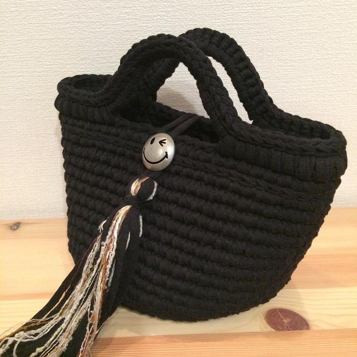 黒のマルシェバッグにニコちゃんコンチョで大人かわいく タッセルには @cherumadeさん の茶色の引き揃え糸を使っていますもしゃもしゃ具合がかわいい〜♡ 気になる方はご連絡下さい ーーーーーSold out Thank you!!ーーーーーーー長財布、スマホ、キーケース、タオルハンカチ、など入ります ☆サイズ☆ タテ 16cm(持ち手含まず) ヨコ 23cm(開口部) 底部 16cm #ハンドメイド#handmade#フックドゥ#フックドゥリボンxl#zpagetti #hoooked#ミニマルシェ#バッグ#bag#denim#デニム#引き揃え糸#フリンジバッグ#フリンジデニム#デニムフリンジ#手作り#コンチョ#ニコちゃん#スマイル#smile#スマイリー#cherumade#chocotto_a
