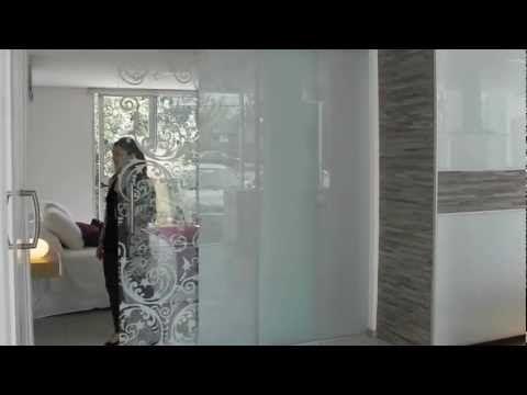 Sistema corredizo colgante para puertas de vidrio o madera de hasta 80 kg. El sistema permite que mediante un solo movimiento se abran ambas puertas de manera sincronizada, ya sea en un mismo sentido dentro del vano o en sentido opuesto. Las mordazas a presión evitan el mecanizado del vidrio…
