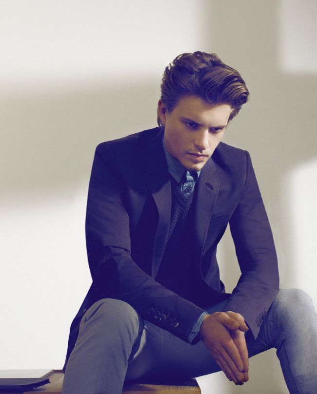 Xavier Samuel... i swear... i only re-watched eclipse cuz he was in it...:P