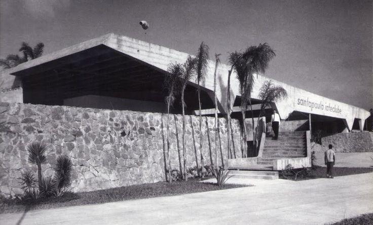 Construído pelo Vilanova Artigas na São Paulo, Brazil na data 1961. Imagens do Julio Beraldo Valente. Cortesia de Brutalist Connections. A Garagem de Barcos é definida por uma cobertura retangular em laje tripartida, com oito apoios dispostos simetricame...