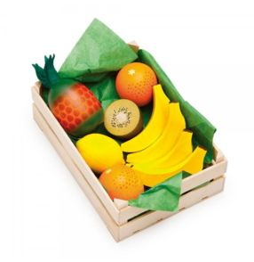 Fin stor fruktkorg i trä med 9 stycken fina träfrukter från tyska Erzi.Antal: 1st korg, 2 apelsiner, 1 citron, 1 halv kiwi, 1 ananas, 4 bananer.Ålder: Från 3årStorlek: Korg: 17 x 12 x 6 cm Frukter: Från 3 - 8 cmFakta: Produkterna är tillverkade inom EU i ett familjeföretag som har all sin tillverkning lokalt i Tyskland. De har en lång tradition av att tillverka leksaker av naturmaterial. F&ouml...