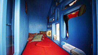 V ložnici vzniklo díky výřezům dost úložného prostoru na drobnéosobní věci.