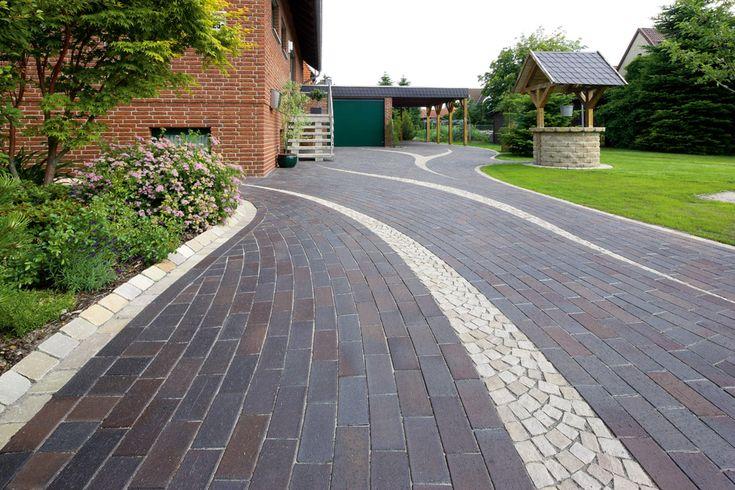 Strak aangelegde oprit van gebakken klinkers met golvend patroon tuinen met klinkers van - Tuin oprit plaat ...