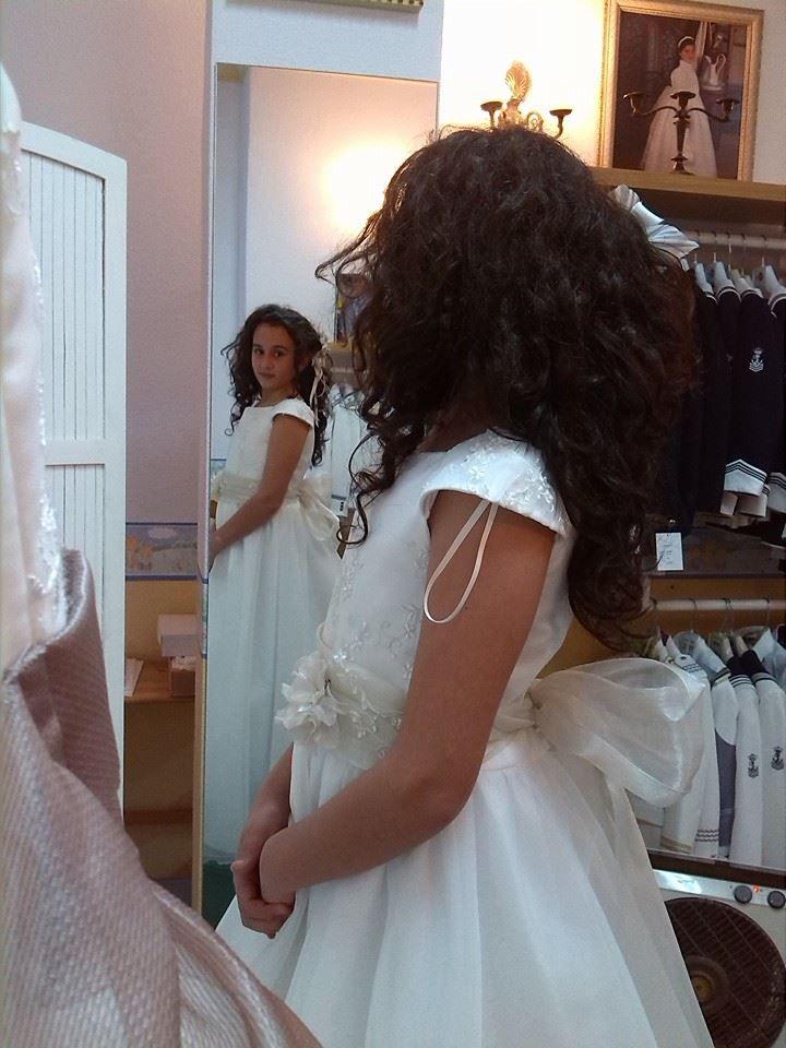 PRECIOSA Vania mirándose en el espejo  Boutique Infantil Notajunto #Comunión #Comunión2015 #PrimeraComunión #blogger C/ Salvador y Vicente Pérez Lledó 9-Mutxamel 03110 (Alicante) ... Ver más (5 fotos)