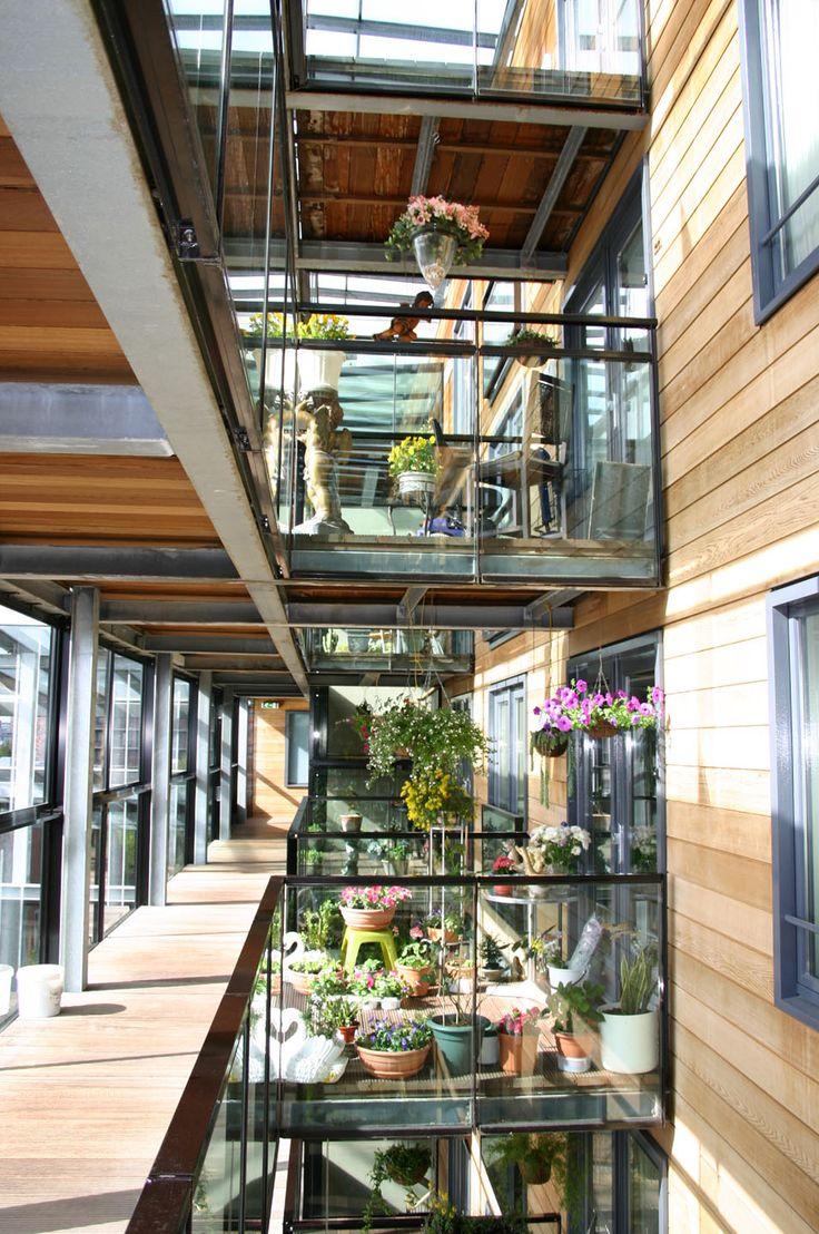 Jardines cercanos a circulaciones interiores