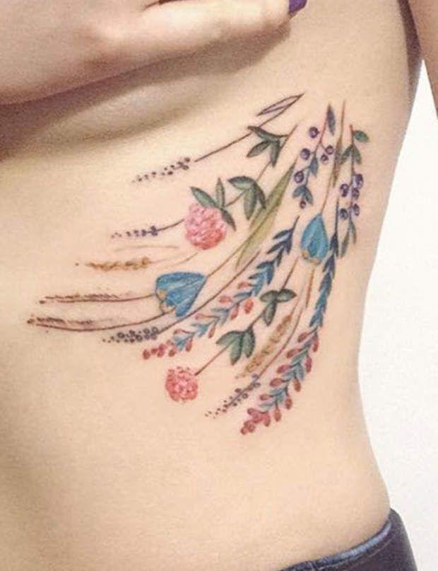 Tatouage pastel : champêtreCe bouquet champêtre habille joliment les reliefsdes côtes et révèle une envie de nature.