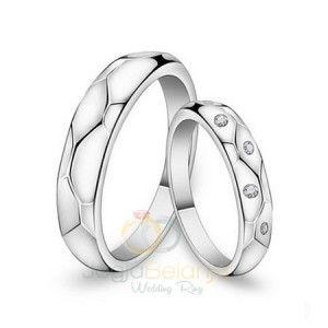 Pesona cincin perak Kotagede kini kami hadirkan dalam bahan logam solid palladium 50% yang menyerupai cincin emas putih. Dalam seri Cincin Kawin Bahurai, cincin ini menampilkan desain yang elegan dengan detil yang unik. Finishing kilap pada kedua cincin, pada cincin pasangan wanita kami percanti