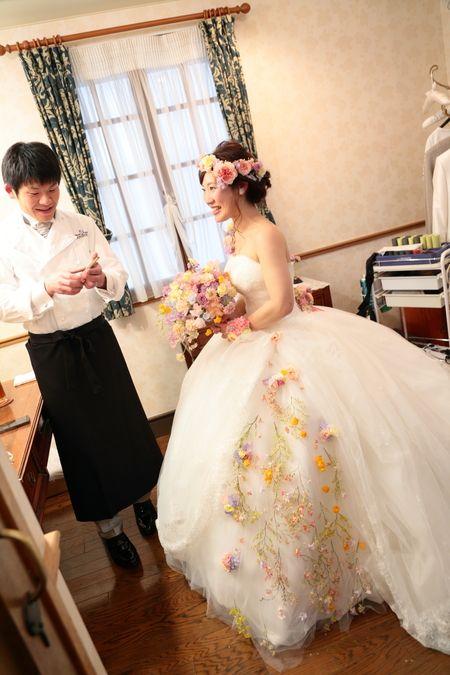 Hanzoyaお花直し 生花をドレスに付けるお直し  新横浜、Hanzoyaの花嫁様と花婿様。未来予想図には、目を細めているあなたがいる、という歌が、頭の中でヘビロテしていましたとも。最初につきあった相手同志...