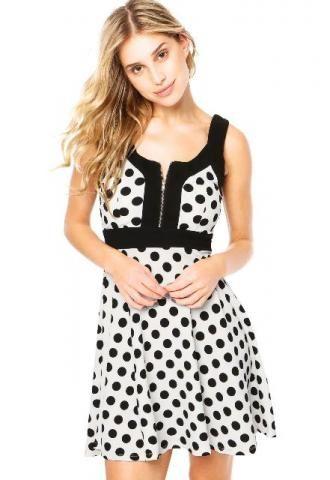 8511b5bed Modelo usa vestido de bolinhas preto e branco com detalhe no decote ...