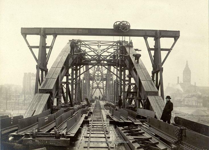 Bibliothèque numérique patrimoniale des ponts et chaussées | Anonyme. Viaduc d'Austerlitz, vue en bout des arcs en montage. Vers la rive droite. 10 décembre 1904