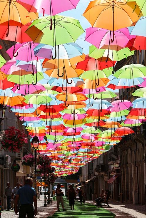 ポルトガルのÁguedaで行われたカラフルな傘の美しいインスタレーション