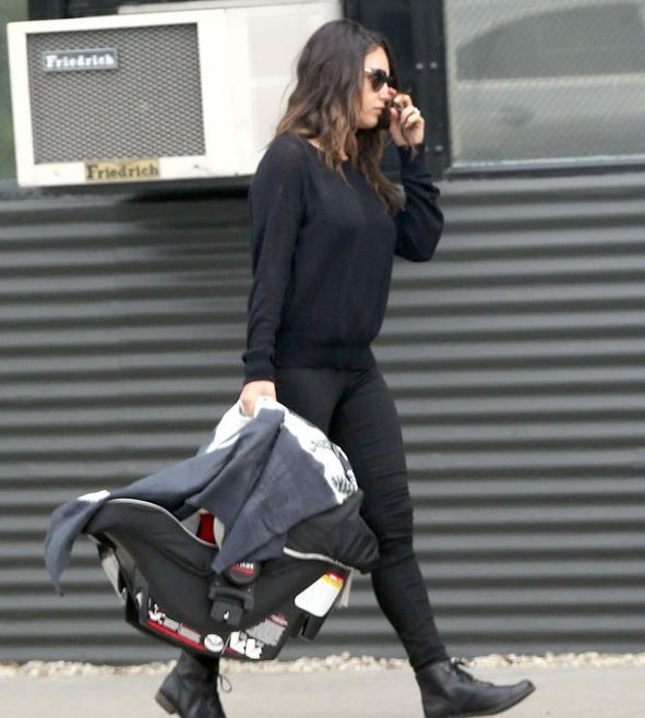 La actriz Mila Kunis, paseando a su hija Wyatt Isabelle en el Baby Safe de Britax Römer.