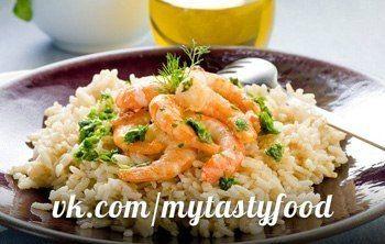 """""""Плов"""" с креветками в мультиварке.<br><br>Ингредиенты:<br>креветки очищенные варено-мороженые — 500 г<br>морковь — 1 шт.<br>лук — 1 шт.<br>рис — 1 стакан<br>соль, перец, лавровый лист<br><br>Рецепт приготовления мультиварке:<br><br>1. Почистите лук и морковь. Порежьте их и обжарьте в мультиварке.."""