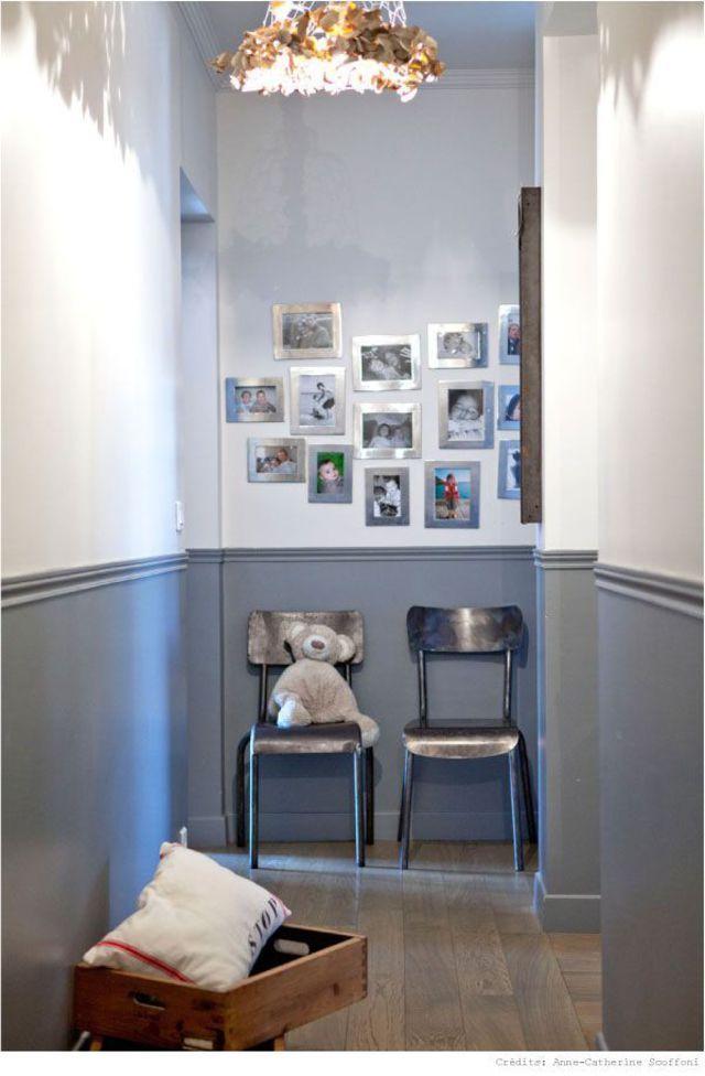 Je colore mes murs à moitié pour donner du volume au couloir Pour réduire la longueur d'un couloir et sa hauteur, je crée une séparation visuelle avec deux couleurs de peinture différentes. Le ton gris en partie basse densifie et rapetisse l'espace, le ton blanc en partie haute éclaire et agrandit l'espace.