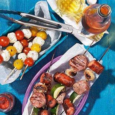 Gör hela familjen nöjd med dessa barnsligt goda grillspett med kött, korv och grönsaker. Mozzarella och tomatspett passar också perfekt att lägga på grillen.