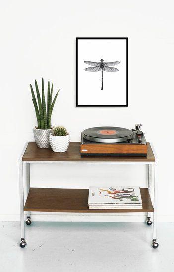 Strakke bijzettafel op wielen. Helemaal top als tv-tafel of audio-meubel! De tafel heeft een chromen onderstel op wielen en tafelbladen van teakfineer. In goede conditie. Afmetingen: 80 x 39 en de...